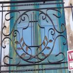 sotto le foto della casa del maestro con la ringhiera del terrazzino personalizzata