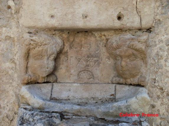 Fonte battesimale risalente al 1737 situata dietro la chiesetta della Madonna della Montagna di Porelli foto di Franco Calabrò
