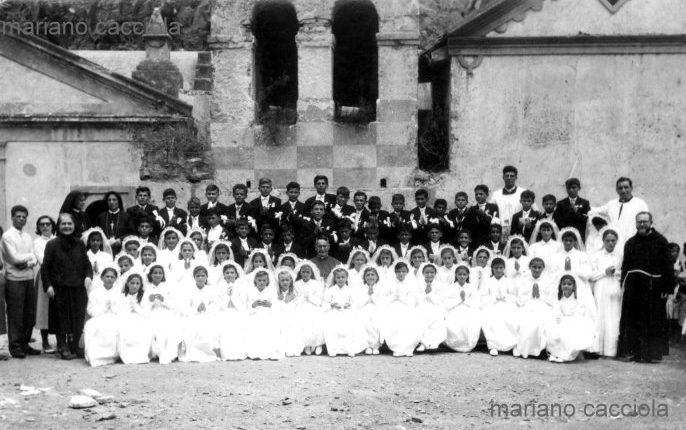 Gruppo di bambini in occasione della loro prima comunione al rione Marinella davanti alla chiesa vecchia, foto della fine degli anni 50