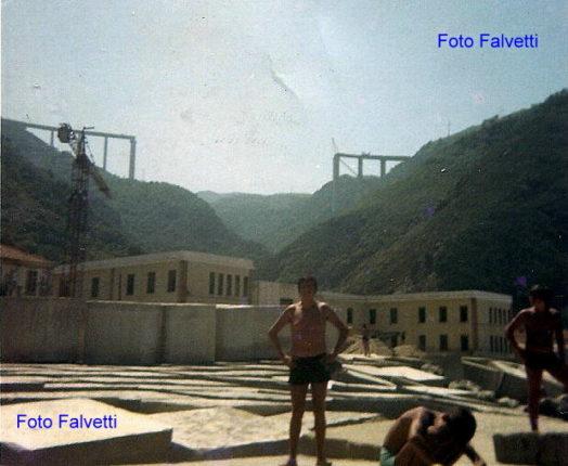 2 foto anni settanta  Il ponte in costruzione con le scuole elementari e le dighe  Il ponte completato ed il lido dei fratelli De forte