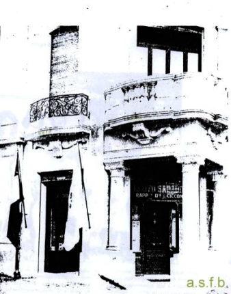 Faticosamente estrapolata da una vecchia fotocopia questa immagine ci narra che l'agenzia Ciccone  aveva sede nel portico a sud del palazzo De Forte all'incrocio di via Nastari