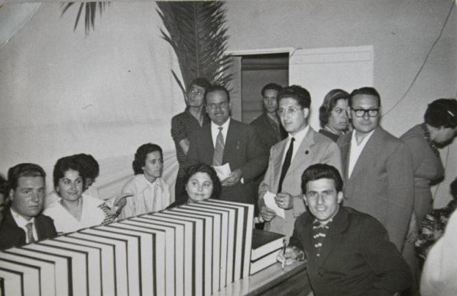 Commissione di esperti in riunione in attesa di essere chiamati dal conduttore della rai  per la trasmissione campanile sera del 1959.  si riconoscono il maestro Vincenzo Alati e Manlio Pistolesi J.