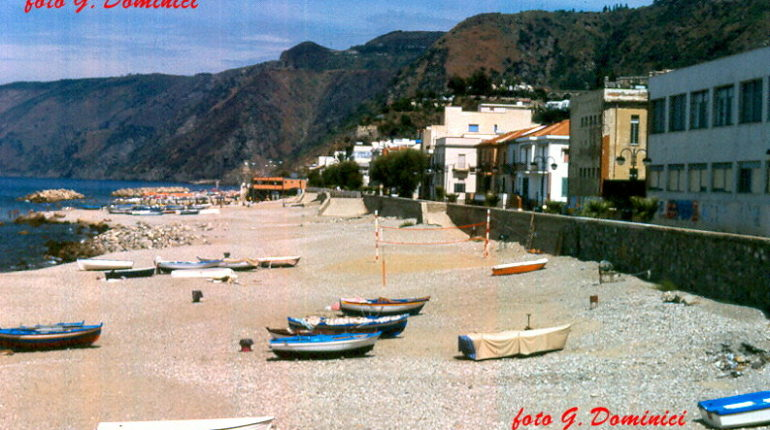 La spiaggia sotto le scuole elementari nel 1997  foto di G. Dominici
