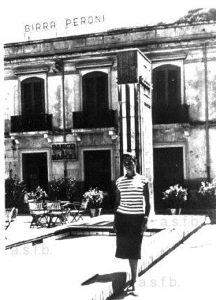 Piazza Marconi anni 60  dietro la foto ricordo di questa bellezza locale  il bar Frosina e il Banco di Napoli