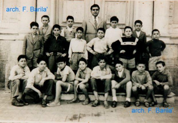 Ricordiamo con stima ed affetto il maestro elementare Bottari,  nella foto assieme ai suoi alunni negli anni 60