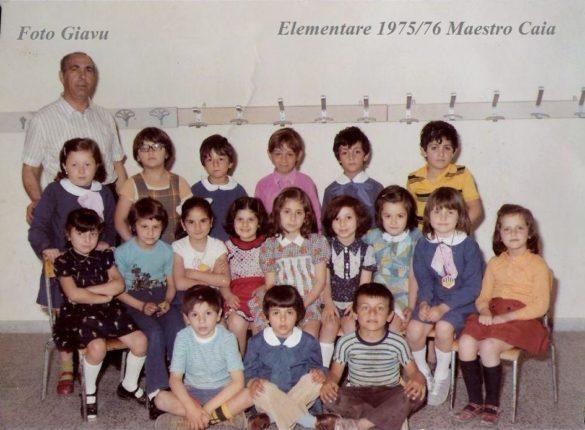 Il  maestro Carlo Caia in questa foto con la sua classe elementare del 1975/76