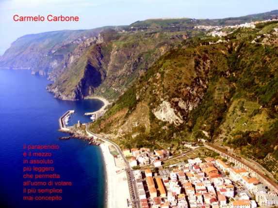 Una foto di Carmelo Carbone in volo su Bagnara