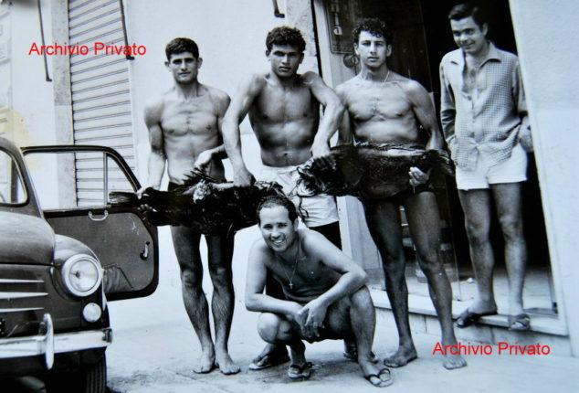 Da sinistra Carmelo Savoia conosciuto col nome di Kelino, Francesco Gioffrè, Paone e il sempre presente  e caro amico compianto Giorgio Giovinazzo, accosciato Pietro Saffioti