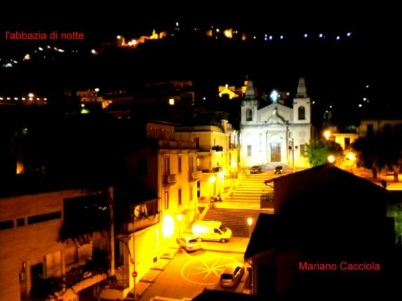 L'abbazia di Bagnara Calabra in una vista notturna  agosto 2010  di Mariano Cacciola