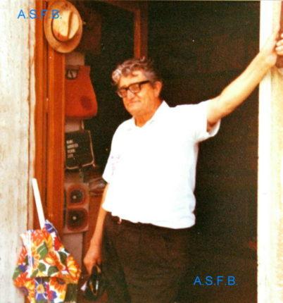 Il sig. De Leo Rosario proprietario di una merceria lungo il corso Vittorio Emanuele II