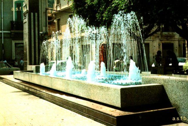 """La fontana restaurata che rappresenta la barca di Vincenzo Fondacaro """" il leone di Caprera"""" nel suo momento di maggior splendore in una foto degli anni 90"""