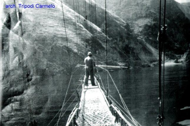 Con affetto ricordiamo Tripodi Carmelo, nella foto mentre si reca sul punto ideale della passerella per lanciare la fiocina contro il pescespada.