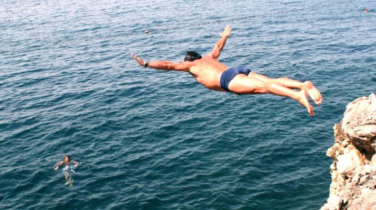 Estate 2008 tuffo dalla scogliera di Cacilì Domenico Pirrotta da sempre ottimo tuffatore bagnarese, si cimenta in un tuffo a volo d'angelo, ritrovando la passione della sua giovinezza. In questi fotogrammi lo stile impeccabile dell'inossidabile atleta bagnarese