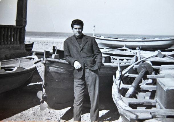 Manlio Pistolesi junior tra le barche nel 1952