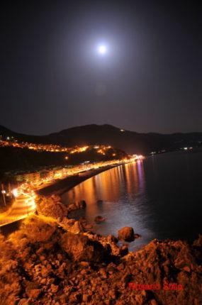 Vista notturna dalla torre aragonese  di Rosario Stillo