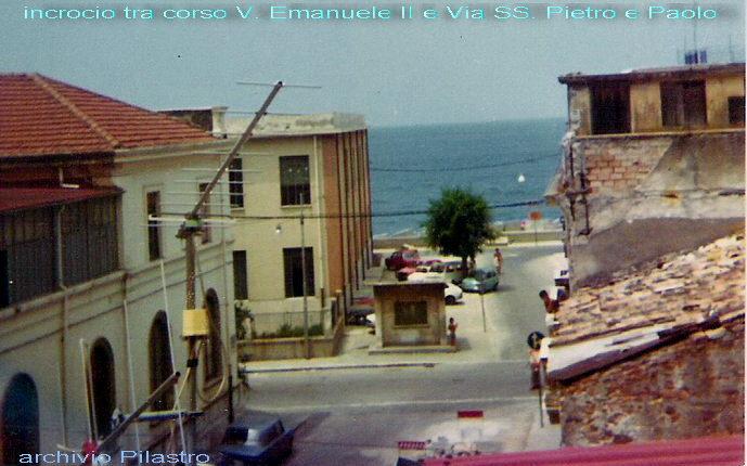 Luglio 1979  Istantanea della via SS. Pietro e Paolo con in evidenza l'albero  sotto il quale si faceva a gara per posteggiare la macchina  foto di M. Pilastro