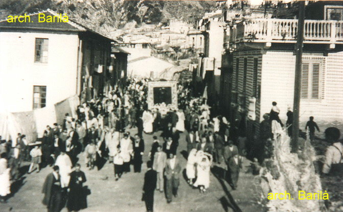 Il quadro della Madonna della consolazione in processione lungo la via Nazionale al rione Porelli  11 marzo 1948