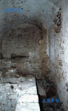 """Una delle stanze """"murate"""" dei sotterranei del complesso architettonico  su cui si erige l'attuale chiesa del Carmine  foto anni 80"""