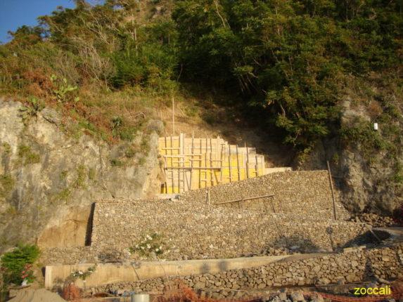 Sono oramai al termine i lavori per la ricostruzione ella bella scalinata costruita la scorsa primavera e crollata a dicembre sotto il peso delle pressanti piogge