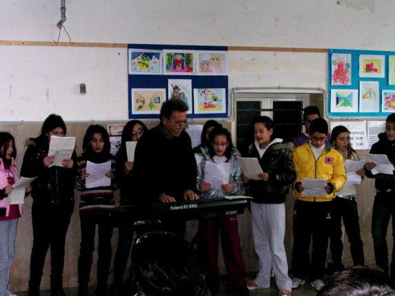 Saggio natalizio degli alunni delle scuole medie U. Foscolo assieme al maestro Sofio