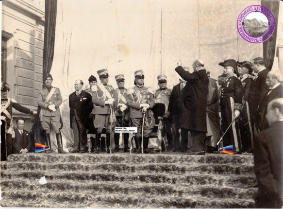 Visita del Re con tutto il suo Stato Maggiore a Reggio in occasione dell'inaugurazione del Monumento ai Caduti.   Oratore ufficiale, il Senatore Vincenzo Morello (Rastignac).  Archivio privato Puntillo,