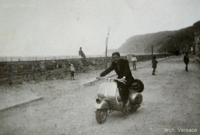 Sulla vespa il sig. Francesco Versace abile artigiano e titolare di una sartoria e storica colonna portante della banda cittadina