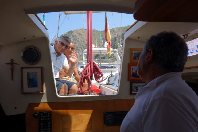 17 agosto 2014  Pino Veneroso, il navigatore di Marina di Pisciotta che ha emulato Vincenzo Fondacaro, con la sua barca al porto di Bagnara  foto di A. Carati
