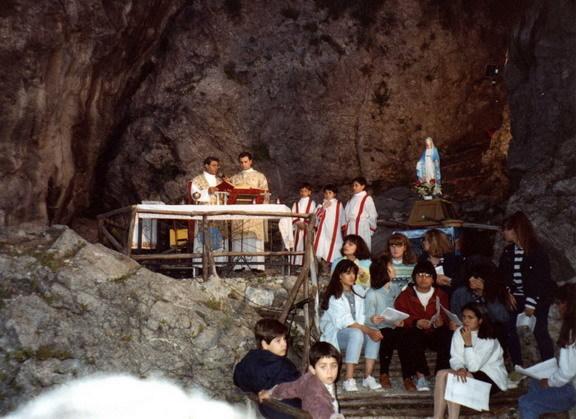 UNA DELLE ULTIME CELEBRAZIONI  DI DON GIOVANNI CACCIOLA   MAGGIO 1992  una fiumana di gente sotto la rupe di Marturano assiste alla messa