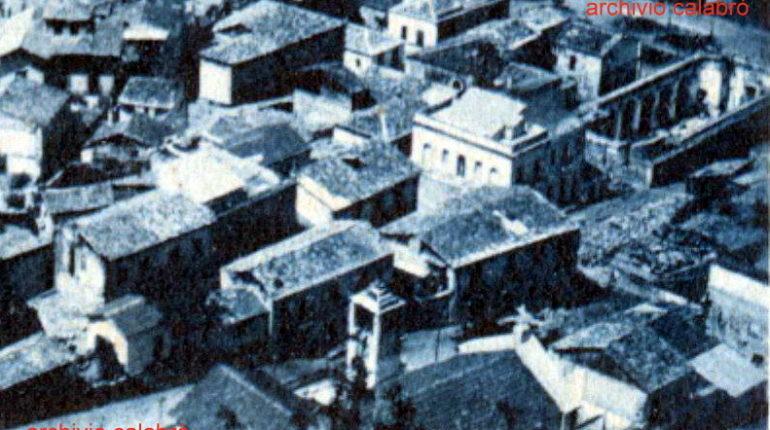 I campanili in legno della Matrice e del Rosario costruiti dopo il terremoto del 1908  tratti da due cartoline degli anni 20  archivio A.P. Calabrò