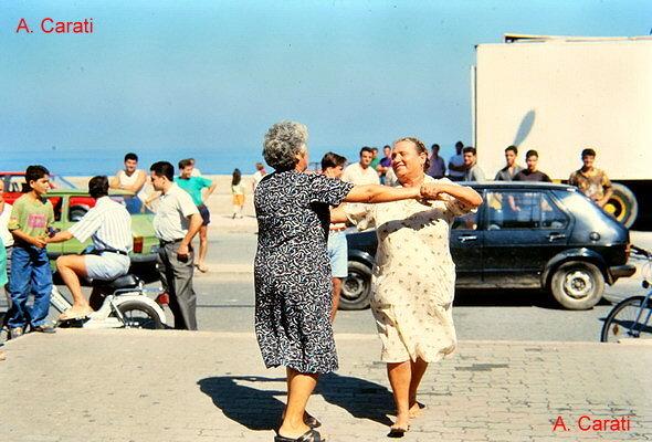 Marinella inizio anni 90  Si balla la tarantella  foto di A. Carati