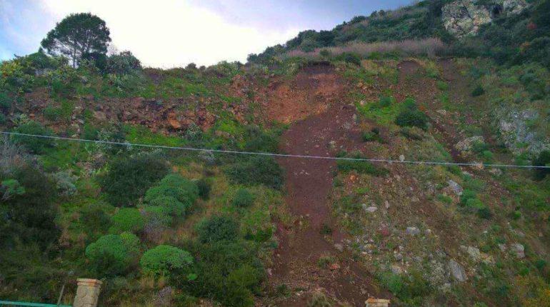 20 gennaio 2016  si stacca un masso dalla cava abbandonata a Cacilì  foto di Mimma Laurendi