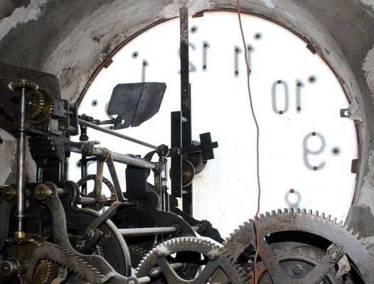L'orologio della chiesa  dell'Immacolata  dentro e fuori  di Mimma Laurendi