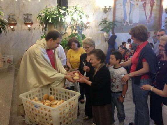 13 giugno 2013  Distribuzione del pane benedetto di S. Antonio presso la Parrocchia S.Maria degli Angeli  foto di F. Calabrò