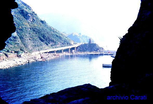 Il porto visto dalla costiera alla fine degli anni 80  foto di A. Carati