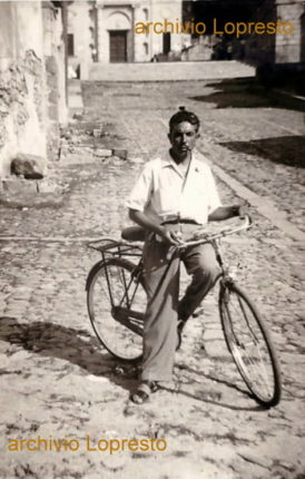 Bagnara Calabra anni 50  Via don Minzoni con vista del portale della chiesa madre  in primo piano il sig. Lopresto Rocco con la sua bicicletta