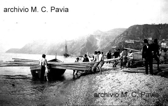 L'arrivo del primo legname per la costruzione delle baracche dopo il terremoto del 1908  e le bagnarote che lo trasportano in testa dalla spiaggia fino a destinazione  archivio M. C. Pavia