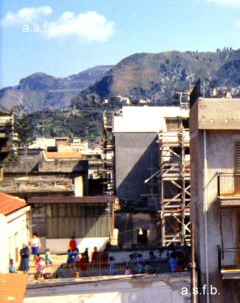 Asilo De Leo  Bambini che giocano nella terrazza  foto fine anni ottanta