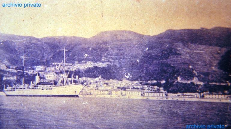 Una cartolina anni 50 poco conosciuta  panorama visto dal mare con bastimento