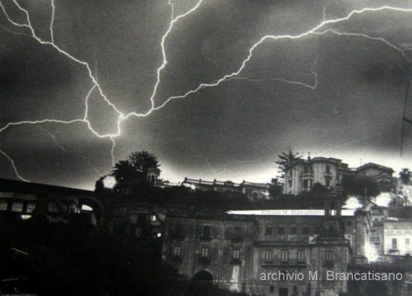 Fulmine sopra il centro storico di Bagnara  foto anni 70 di Mimmo Brancatisano