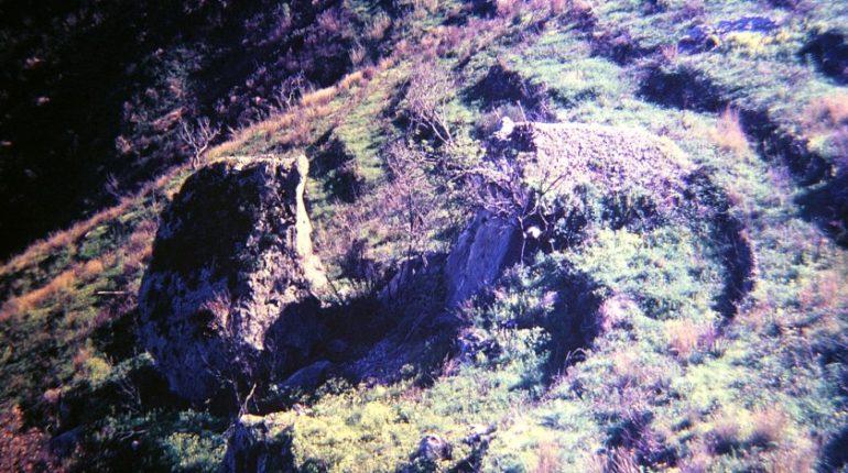Succede nella costiera  (osserviamo questo enorme masso)  foto e testo del 1985 da uno studio del dott. Alessandro Carati