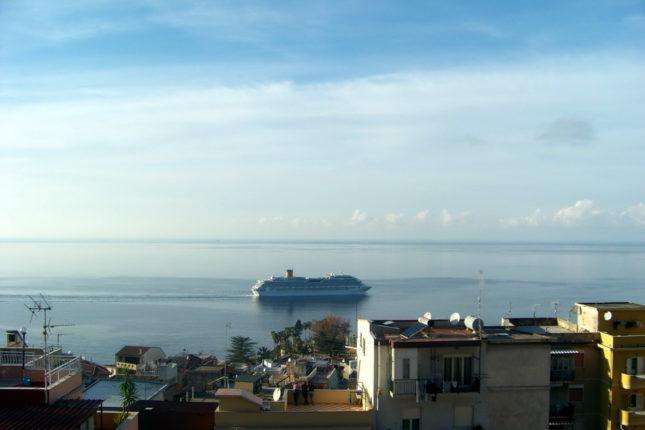 La nave da crociera  Costa Pacifica  passa vicina alla costa bagnarese  anno 2007   foto di Tony Calabrò