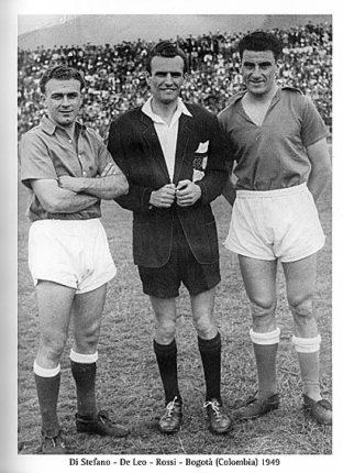 """Omaggio a Alfredo Di Stefano (primo a sinistra)  In questa foto assieme a Diego  De Leo  rispettivamente il calciatore e l'arbitro migliori di tutti i tempi  a Bogotà nel 1949  la foto è estratta dal libro """" le regole del calcio del nostro paesano Diego De Leo"""