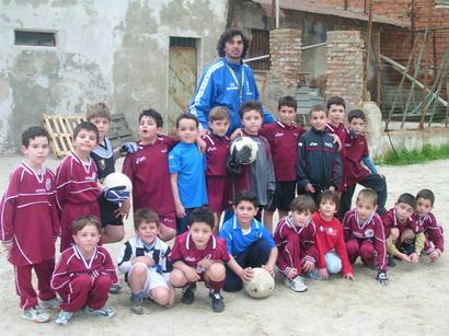 Scuola calcio pro Bagnara anno 2004  mister Antonio Latella attorniato dai suoi allievi