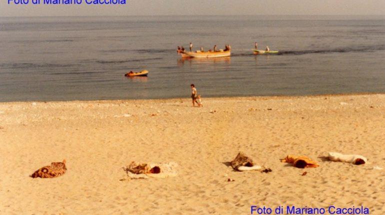 quando i bambini dormivano in spiaggia per aspettare le barche al ritorno dalla pesca  foto di Mariano Cacciola
