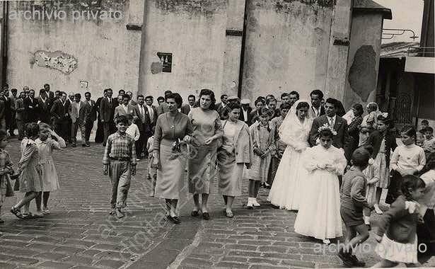 27 aprile 1958  Matrimonio Demaio Annunziata e Lombardo Vincenzo   foto del corteo dopo curva san Nicola a Porelli