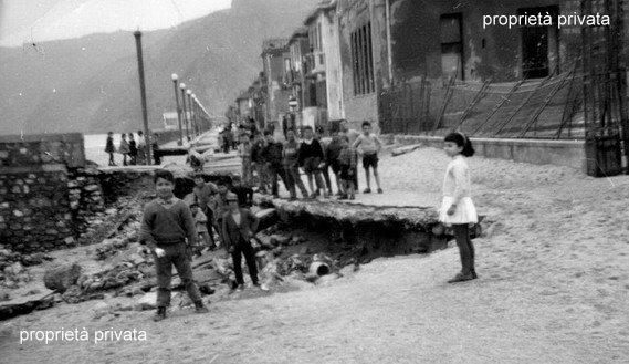 Mareggiata del 1960  Le condizioni del viale Turati all'altezza delle scuole elementari  ricerca di Carmelo Pavia