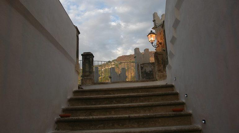 La scalinata  Particolare del Castello Ducale dei Ruffo di Bagnara  foto di Giampaolo De Leo del 2008