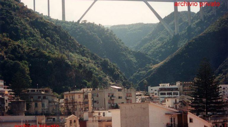 Il ponte Sfalassà e uno scorcio di cittadina  visti da una terrazza del rione Valletta  1994