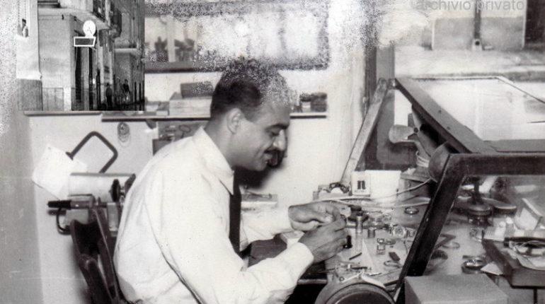Il maestro orologiaio Pietro Malvaso. Foto anni 70