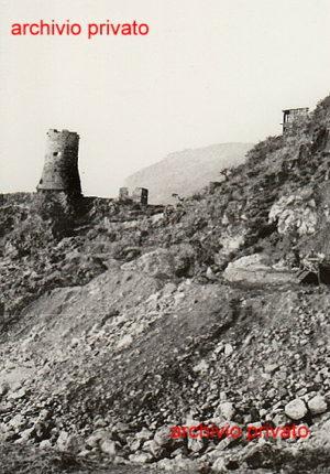 La torre Aragonese  Una rarissima foto della zona prima  della costruzione della strada
